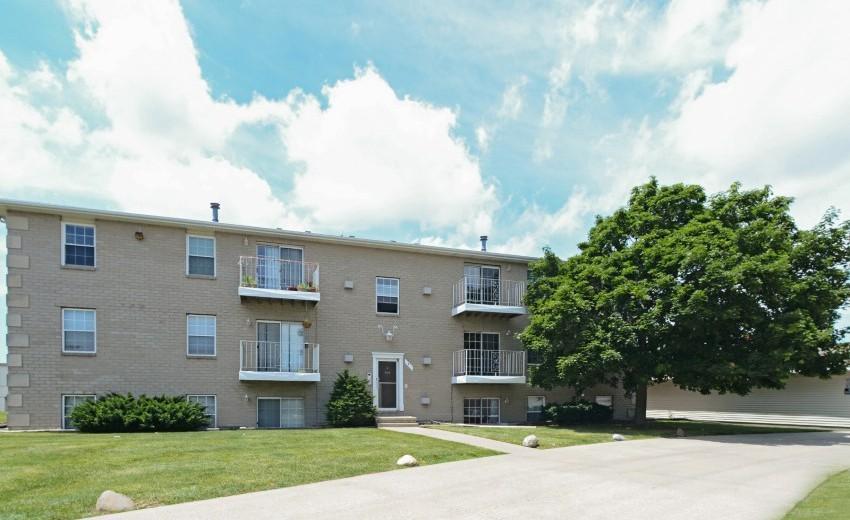 Apartments Near Illinois Wesleyan Oakbrook Court for Illinois Wesleyan University Students in Bloomington, IL