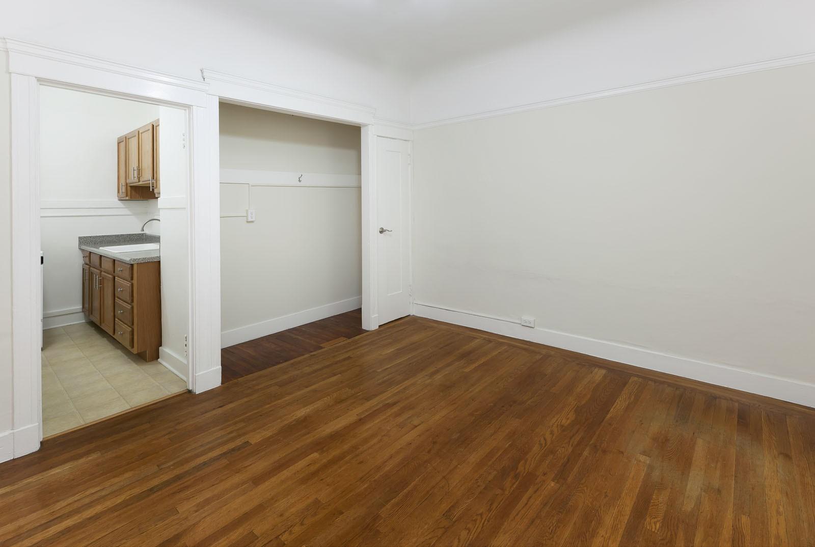 Live at 920 LEAVENWORTH Apartments