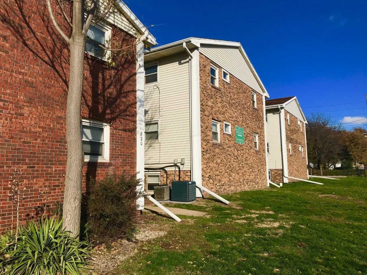Apartments Near Illinois Wesleyan 820 E Washington St. for Illinois Wesleyan University Students in Bloomington, IL