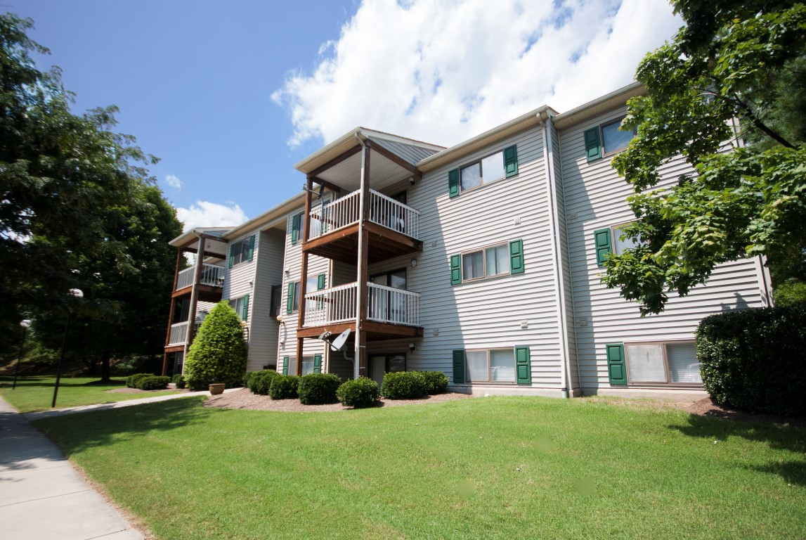 Apartments Near Hollins Hickory Woods for Hollins University Students in Roanoke, VA