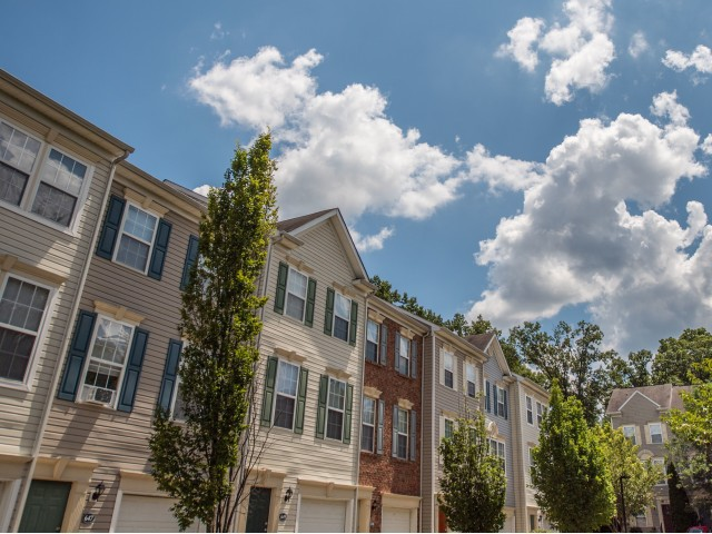 Apartments Near GMU Townes at Herndon Center for George Mason University Students in Fairfax, VA