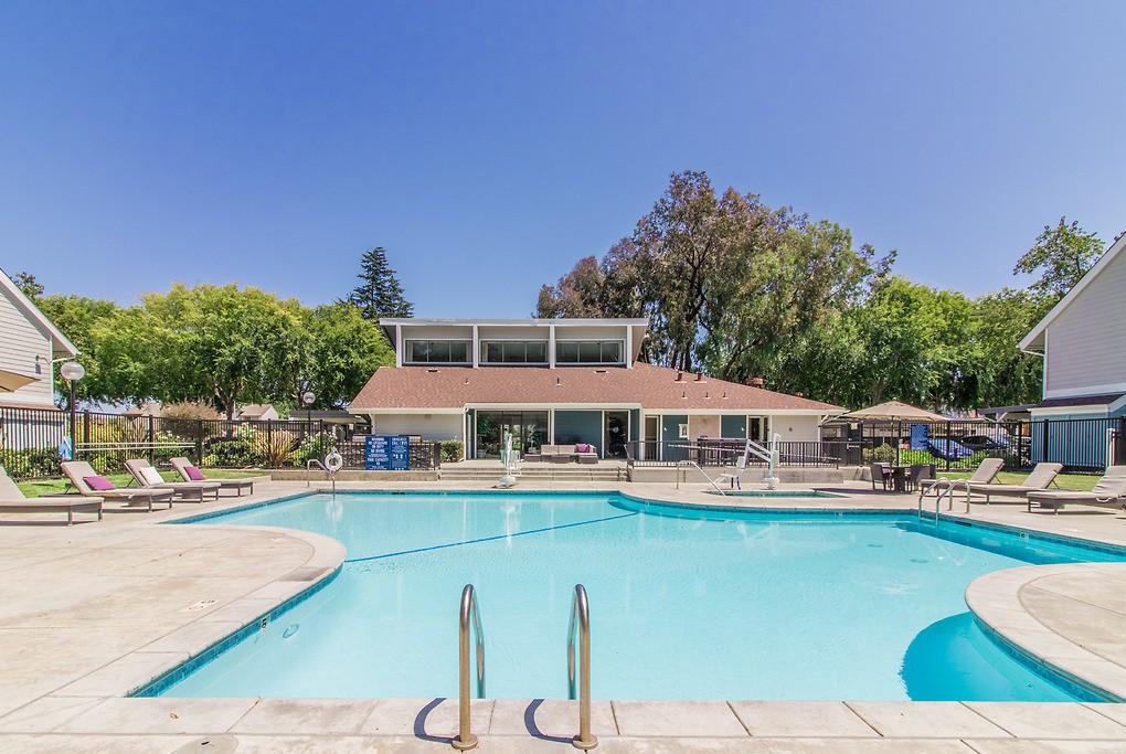Apartments Near De Anza Brookside Oaks for De Anza College Students in Cupertino, CA