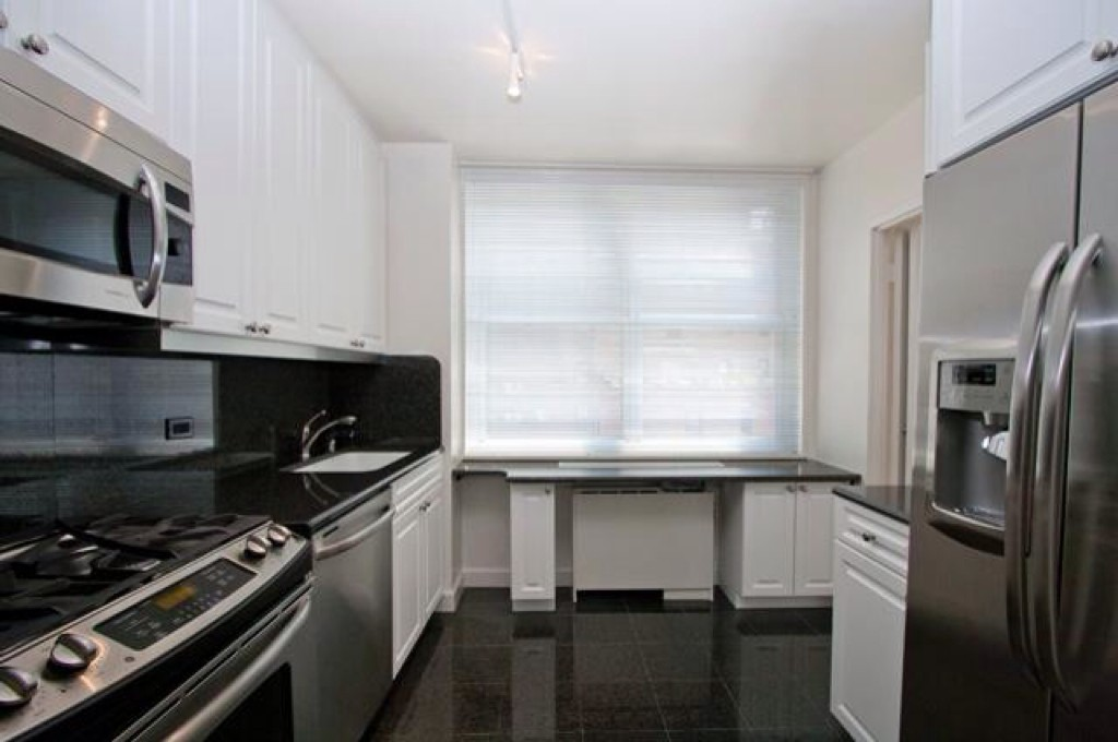 HUGE APARTMENT - GREAT LOCATION!